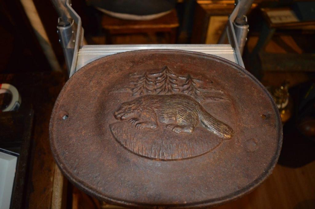 castor grosse plaque moul e en fer antiquit s. Black Bedroom Furniture Sets. Home Design Ideas