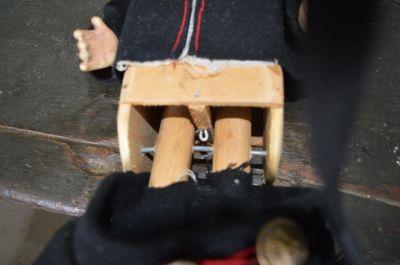 Poupée articulée en composition et en bois 3