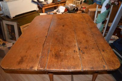 Table à traverse à un panneau et pattes tournées 1