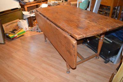 Table à traverse à un panneau et pattes tournées 2