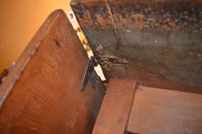 Table à traverse à un panneau et pattes tournées 4