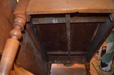 Table à traverse à un panneau et pattes tournées 5