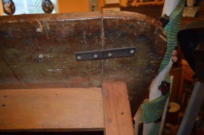 Table à traverse à un panneau et pattes tournées 6