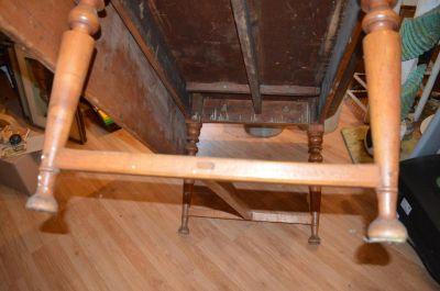 Table à traverse à un panneau et pattes tournées 7