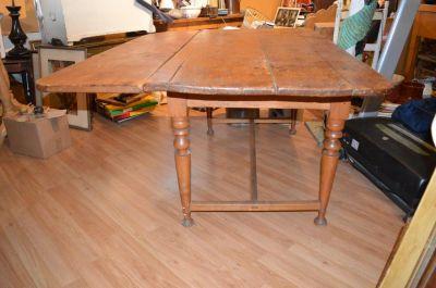 Table à traverse à un panneau et pattes tournées 8