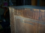Armoirette bonetière en pin panneaux soulevés - Antiquités