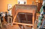 Table à traverse à un panneau et pattes tournées3